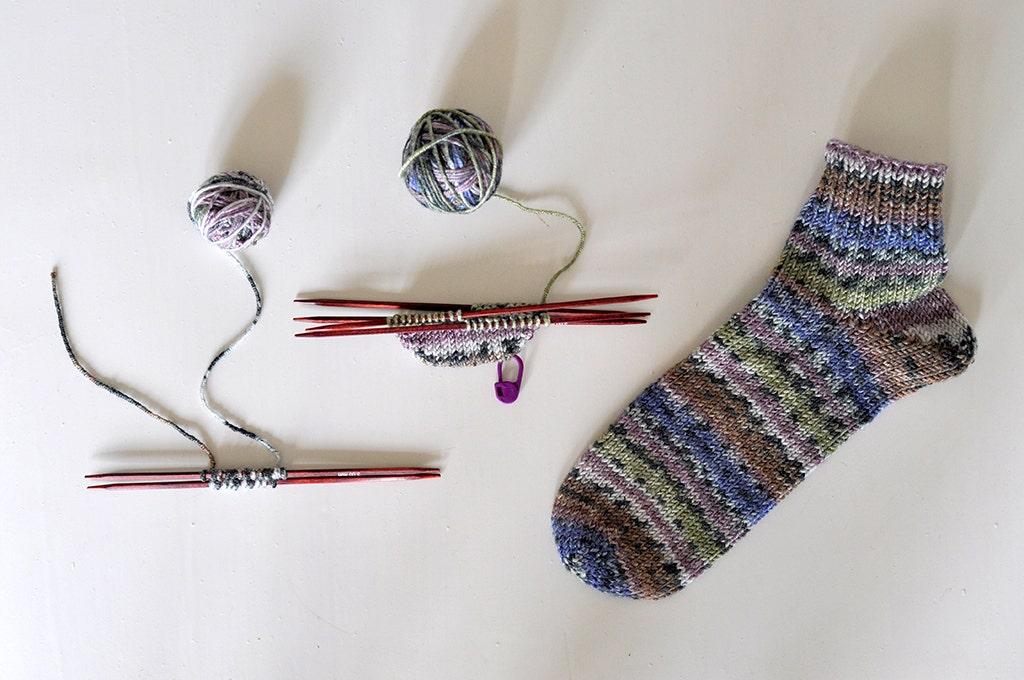 Lär dig sticka tå-upp-sockor på strumpstickor!