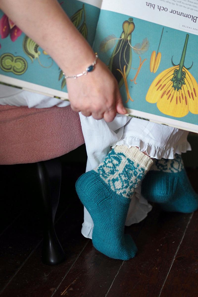 Blommor och bin – en mönsterstickad socka med resårhäl!