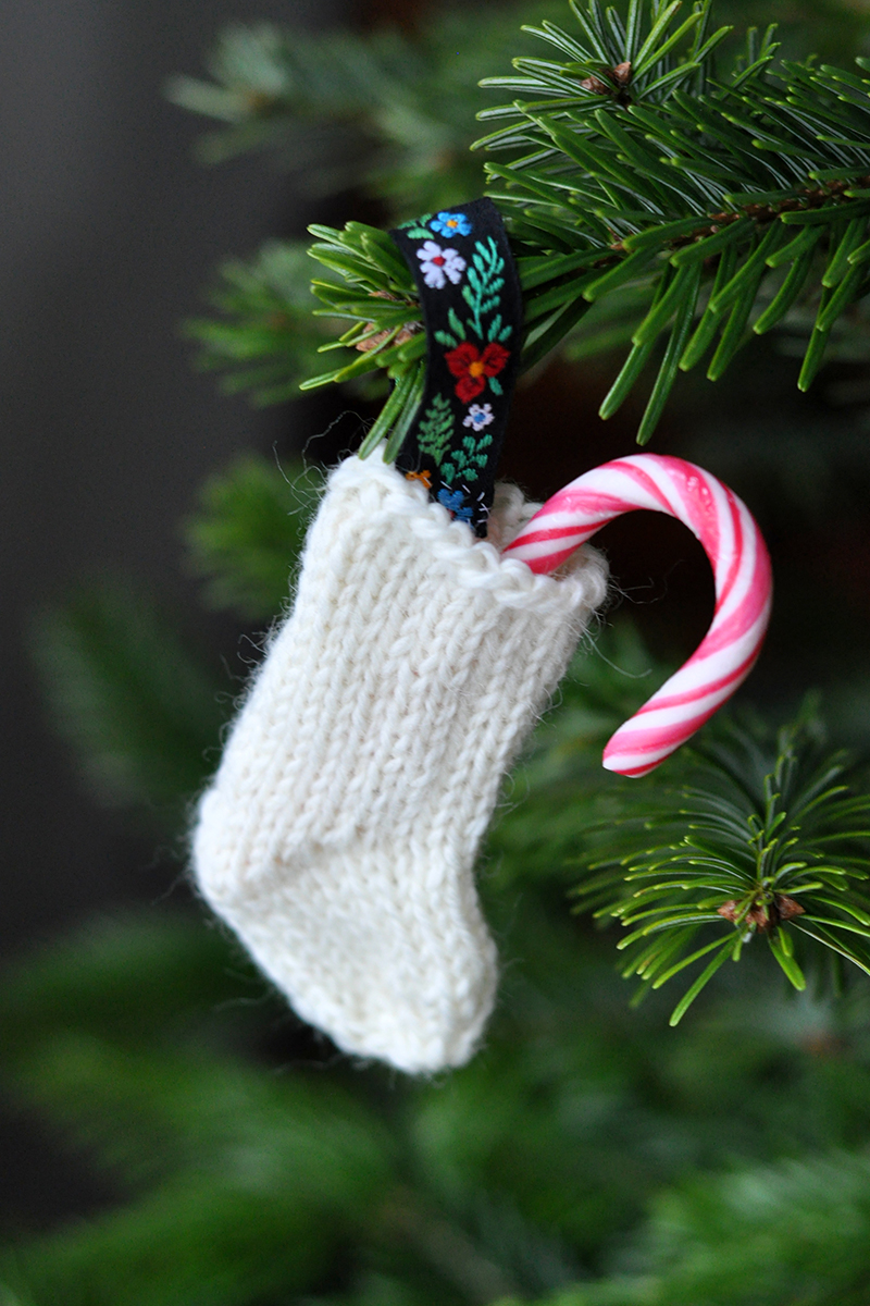 Lucka 17: Stickad julstrumpa i miniatyr
