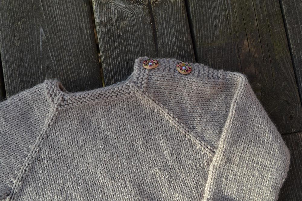 Två trådändars lilla tröja med knappar på axeln